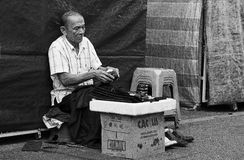 Schoenmaker bij straat Stock Foto's