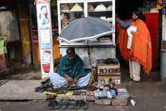 Schoenmaker die bij de straten van Baruipur, West-Bengalen werken Stock Foto's