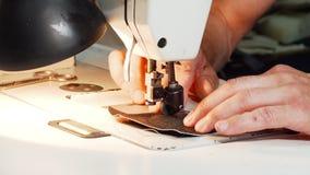 Schoenmaker die uitstekende naaimachine met behulp van op zijn workshop stock videobeelden