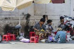 Schoenmakers die aan straat Vietnam werken Royalty-vrije Stock Foto's