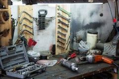 Schok-absorptievat en hulpmiddelen op de Desktop in de garage stock afbeeldingen