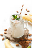 Schok van amandelmelk, banaan en kokosnoot Stock Fotografie