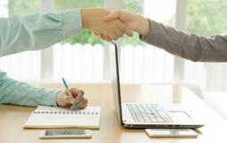 Schok van partners na het slaan van overeenkomst stock afbeelding