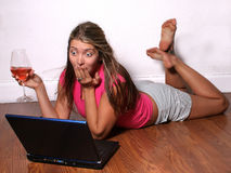 Schokierendes Onlineschwätzchen stockbilder