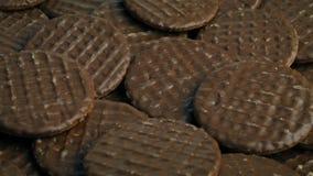 Schokoladeüberzogene drehende Plätzchen stock footage