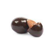Schokoladeüberzogene Mandelnüsse lokalisiert Lizenzfreie Stockbilder
