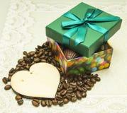 Schokolade als Geschenk auf Valentinstag und einem hölzernen Herzen Stockfotos