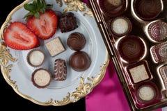 Schokolade auf Platte mit Erdbeere Lizenzfreies Stockbild