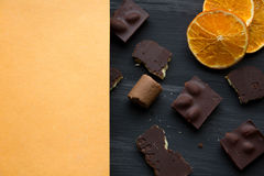 Schokolade auf Schwarzem die alte Tabelle Lizenzfreie Stockfotografie