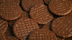 Schokolade bedeckte die drehenden Kekse stock video