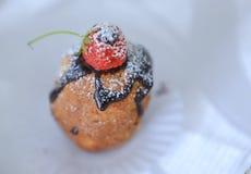 Schokolade bereifter kleiner Kuchen und Erdbeere Stockfotos