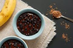 Schokolade blueberrie Pudding mit Banane in der Draufsicht der Ramekins Lizenzfreies Stockfoto