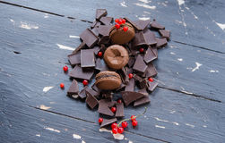 Schokolade bunte macarons über grauem Holz Beschneidungspfad eingeschlossen Stockfoto