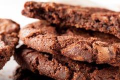 Schokolade Chip Cookies auf der Platte, die gegessen wird Lizenzfreie Stockfotos