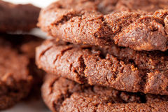 Schokolade Chip Cookies auf der Platte, die gegessen wird Lizenzfreies Stockfoto