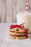 Schokolade Chip Cookies Tied With Ribbon und Glas Milch Lizenzfreies Stockbild