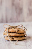 Schokolade Chip Cookies Tied With Twine Lizenzfreie Stockfotografie