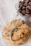 Schokolade Chip Cookies Tied With Twine und Chips In Bowl Stockfotografie