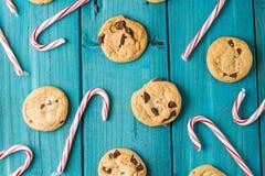 Schokolade Chip Cookies u. Weihnachtszuckerstangen lizenzfreies stockfoto