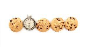Schokolade Chip Cookies und vimtage Uhr lokalisiert auf Draufsicht des weißen Hintergrundes, Stockfotos