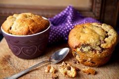 Schokolade Chip Muffins auf einer Holzoberfläche Lizenzfreie Stockfotos