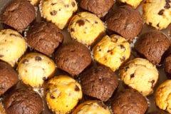 Schokolade Chip Muffins in wechselnden Reihen Stockfotos