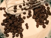 Schokolade Chip Pancake Batter lizenzfreie stockfotos
