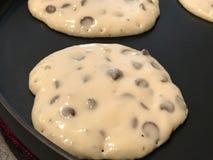 Schokolade Chip Pancakes auf dem Bratpfanne stockbilder