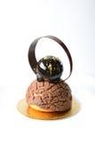 Schokolade Chouxnachtisch im weißen Hintergrund Stockfotos