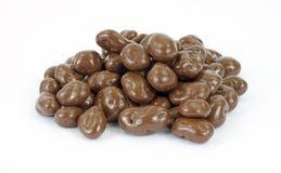 Schokolade deckte Rosinen ab lizenzfreie stockfotos