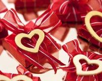 Schokolade in der roten Folie Lizenzfreie Stockbilder