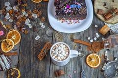 Schokolade in einer Schale mit Eibisch, Draufsicht Stockfotos