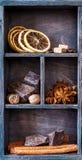 Schokolade, Gewürze und Kaffeebohnen. Hölzerner Druckerbehälter Lizenzfreies Stockbild