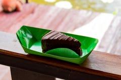 Schokolade gewürzter Kuchen, Haus gemacht Setzen auf Papier Stockfotografie