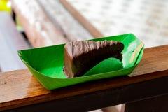 Schokolade gewürzter Kuchen, Haus gemacht Setzen auf Papier lizenzfreie stockfotos