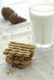 Schokolade haftet mit Milch auf einem weißen Hintergrund Lizenzfreies Stockbild