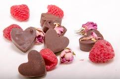 Schokolade Herzen, Rosen und rasberries stockfoto