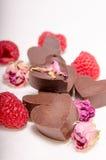 Schokolade Herzen, Rosen und rasberries Lizenzfreie Stockbilder