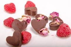Schokolade Herzen, Rosen und rasberries Lizenzfreies Stockfoto
