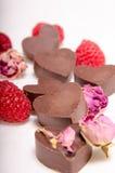 Schokolade Herzen, Rosen und rasberries stockbild