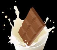 Schokolade im Milchspritzen auf schwarzem Hintergrund Lizenzfreie Stockfotos