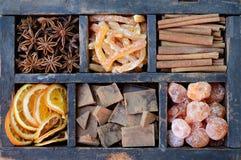 Schokolade, japanische Orangen und Gewürze Lizenzfreies Stockfoto