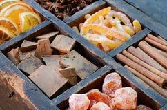 Schokolade, japanische Orangen und Gewürze Stockfoto