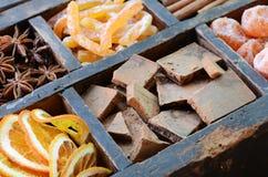 Schokolade, japanische Orangen und Gewürze Lizenzfreie Stockfotografie