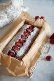 Schokolade Kuchen mit Erdbeeren lizenzfreies stockfoto