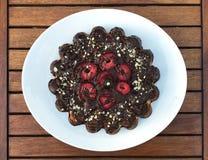 Schokolade Kuchen mit Erdbeeren lizenzfreies stockbild