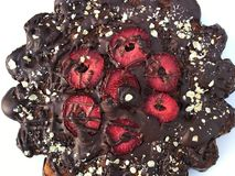 Schokolade Kuchen mit Erdbeeren lizenzfreie stockbilder