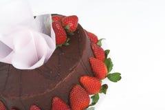 Schokolade Kuchen mit Erdbeeren Stockbild