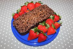 Schokolade Kuchen mit Erdbeeren Lizenzfreie Stockfotografie