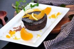 Schokolade Lava Cake auf weißer Platte Stockfotos
